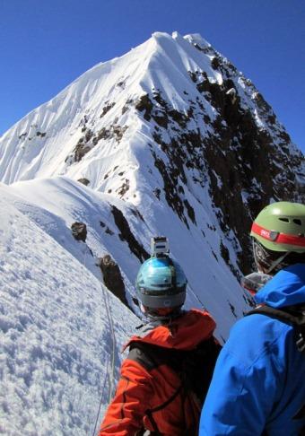 Creasta finală şi domul de zăpadă de sub vârf. Foto: M. Klepş